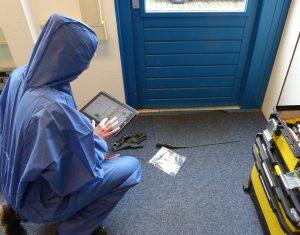 Vor Ort werden die Verdachtsstellen zur Probenentnahme inklusive Notizen und Fotos sowie die Ergebnisse der Beprobungen in der mobiPlan-App auf den Plänen